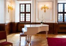 大平台钢琴在舞厅大厅里 库存图片