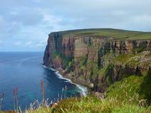 大平底船小岛峭壁在Orkneys的 库存图片