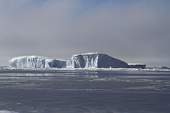大平的冰山在南极州的水域中 库存照片