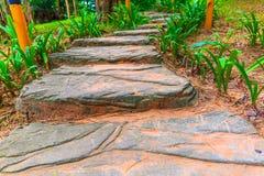 大平的岩石形成的楼梯导致小山的上面 免版税库存照片
