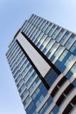 大广场公寓蓝色玻璃窗 免版税图库摄影