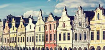 大广场在有著名16世纪房子的Telc,减速火箭的p 免版税库存照片