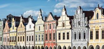 大广场在有著名16世纪房子的Telc, archite 库存照片
