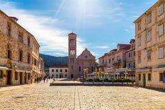大广场在老中世纪镇赫瓦尔 赫瓦尔是多数普遍的旅游目的地之一在克罗地亚在夏天 ??Pjaca?? 免版税库存照片