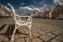 大广场在Telc,一个镇在有著名16世纪房子的摩拉维亚,捷克共和国 集中于惊人的老白色长凳, Unes 库存图片