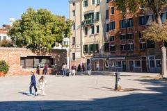 大广场的人们威尼斯式少数民族居住区 免版税库存照片