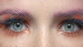 大开妇女的眼睛 影视素材