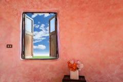 大开木窗口有风景视图背景 图库摄影