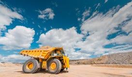 大开采的卡车黄色 免版税图库摄影