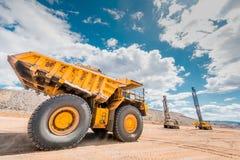 大开采的卡车黄色 免版税库存照片