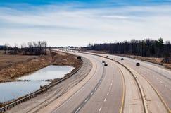 大弯曲的高速公路在乡区 图库摄影