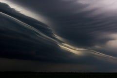 大强有力的暴风云和风雨如磐的天空 库存图片