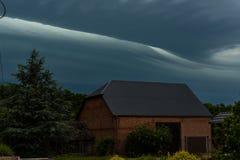 大强有力的暴风云和风雨如磐的天空 免版税库存图片