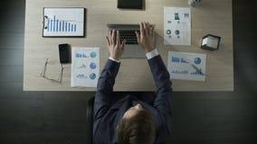 大忙人完成键入在膝上型计算机,辞去职位在工作日末端,顶视图 股票视频