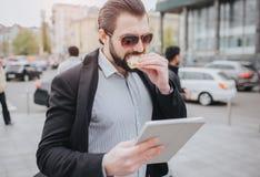 大忙人急,他没有时间,他吃立即使用的快餐 吃的工作者,饮用的咖啡 图库摄影