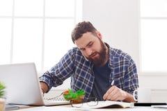 大忙人有工作午餐在现代办公室内部 免版税库存照片