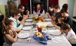 大感恩晚餐土耳其家庭祷告 免版税库存照片