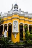 大房子前面射击圣卢卡斯toliman的危地马拉 免版税库存图片