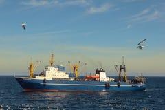 大拖网渔船在大西洋 库存图片