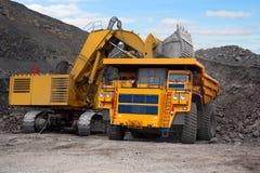 大挖掘机开采的卡车 免版税库存照片