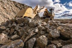 大挖掘机移动的石头在一个露天矿在西班牙 库存图片