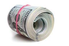 大捆绑美国美元舒展与一根橡皮筋 在一个空白背景 免版税图库摄影