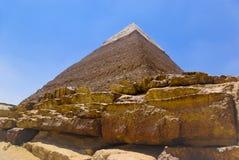 大接近的埃及金字塔扔石头  免版税库存图片