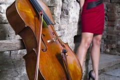 大提琴和女性英尺 免版税库存图片