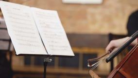 大提琴球员 弹有弓的大提琴手手大提琴 乐谱架 影视素材