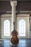 大提琴在一个ampty葡萄酒地点 免版税库存照片