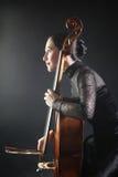大提琴球员大提琴手音乐会 免版税库存照片