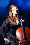 大提琴音乐家,神秘的音乐 免版税库存图片