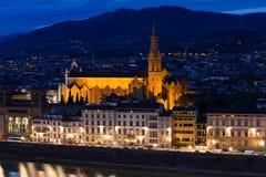 大教堂二圣洁十字架的三塔Croce教会在夜风景的 佛罗伦萨 库存照片