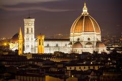 大教堂二圣玛丽亚del菲奥雷在佛罗伦萨在晚上,意大利 免版税库存图片