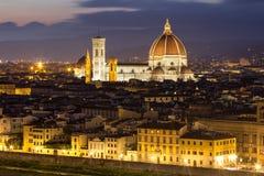 大教堂二圣玛丽亚del菲奥雷在佛罗伦萨在晚上,意大利 库存照片