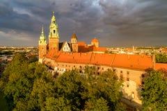 大教堂克拉科夫波兰wawel 与黑暗的云彩的鸟瞰图 免版税库存图片