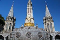 大教堂冠镀金了卢尔德 免版税库存照片