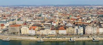 大教堂历史的屋顶多彩多姿的低房子纪念碑的布达佩斯中心的空中全景 从上流的看法 免版税库存照片