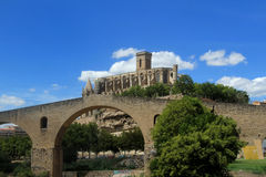 大教堂和中世纪桥梁在曼雷萨, 库存图片