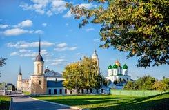 大教堂和女修道院的墙壁的Kolomna视图有草坪的在与云彩的一个晴朗的夏日在天空 库存图片
