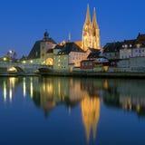 大教堂和石头桥梁在雷根斯堡晚上,德国 免版税库存照片