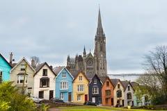 大教堂和色的房子在科芙 免版税库存照片