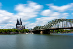 大教堂和Hohenzollern桥梁 免版税库存照片