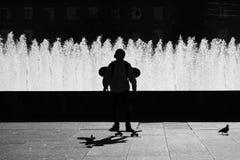 大教堂圆屋顶isaac ・彼得斯堡俄国s圣徒st 一个男孩的黑剪影一个滑板的在唱歌喷泉附近复合体在莫斯科广场的 库存图片