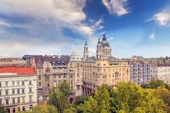 大教堂圣斯德望和布达佩斯,匈牙利的历史的中心的美丽的景色 免版税图库摄影