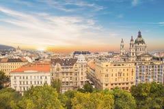 大教堂圣斯德望和布达佩斯,匈牙利的历史的中心的美丽的景色 免版税库存照片