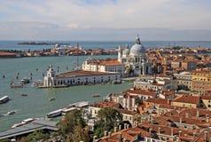 大教堂圣玛丽亚della致敬的鸟瞰图从圣马克` s钟楼钟楼的在威尼斯,意大利 免版税库存照片