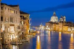大教堂圣玛丽亚della致敬,蓬塔蓝色小时日落的della Dogona和大运河在威尼斯,有反射的意大利 免版税库存照片