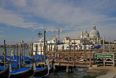 大教堂圣玛丽亚della致敬和停放的长平底船在威尼斯,意大利 免版税库存图片