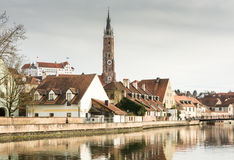 大教堂在兰茨胡特和河伊萨尔河 库存照片